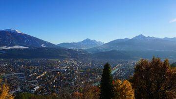 Uitzicht op Innsbruck, de Patscherkofel, de Serles en de Nockspitze in de herfst (Tirol, Oostenrijk) van Kelly Alblas