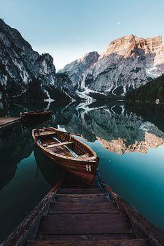Pragser Wildsee met houten boot van road to aloha