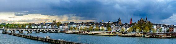 Regenwolken boven Maastricht - Mestreech II van Teun Ruijters