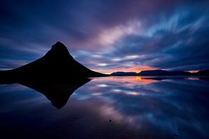 (silhouette) Kirkjufell tijdens een zonsopkomst van