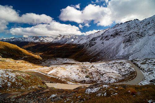 Herfst ontmoet winter op de Nufenenpasweg - Ticino - Zwitserland van Felina Photography