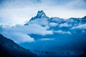 Machhapuchhre boven de wolken