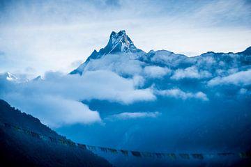 Machhapuchhre au dessus des nuages sur Ellis Peeters