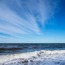 Vagues sur la côte de la mer Baltique près de Nienhagen sur Rico Ködder