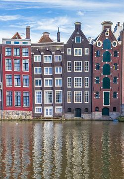 Grachtenpanden aan het Damrak in Amsterdam van Marc Venema