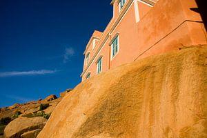 Tafraoute / Adaj, House on a rock van Alex Sievers