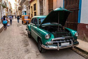 Groene oldtimer in de straten van Oud Havana Cuba van Dieter Walther