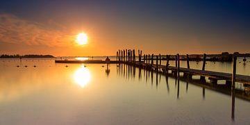 Steiger aan het Wolderwijd net na een zonnige zonsopkomst van Marcel van den Bos