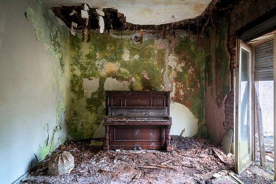 Piano abandonné à Decay.