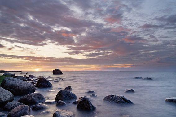 Sonnenuntergang am Steinstrand