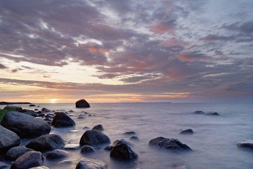 Sonnenuntergang am Steinstrand von Ralf Lehmann