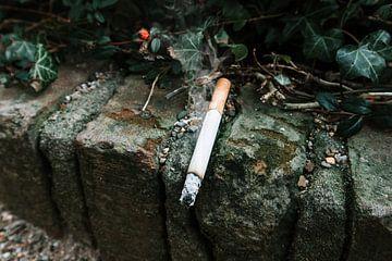 Sigaret op muurtje van Jeremy Mulder