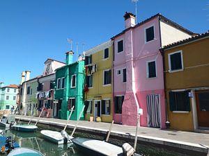 Gekleurde huisjes aan het water van