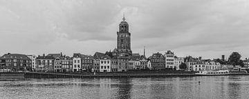 Schwarz-Weiß-Panorama der Skyline von Deventer von Rick de Visser