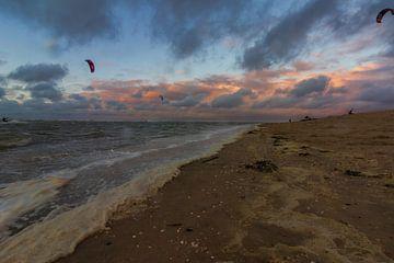 Kitesurfen tijden zonsondergang van Henri De Wit
