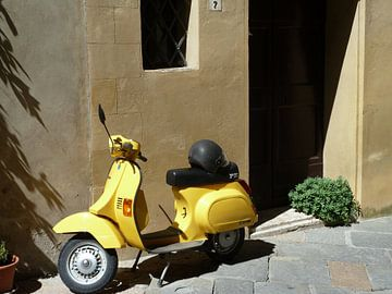 Vespa, Geel, Italie, Scooter, Brommer van Inge van Boekholt