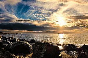 Basaltblokken, wolken, zee