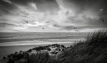 Kitesurfers Maasvlakte strand zwart-wit van Marjolein van Middelkoop
