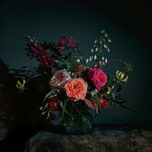 Stilleven met bloemen als boeket in een glazen vaas, moderne fotografie