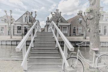"""Houten brug over het kanaal in het dorp """"Sloten"""" in Friesland, Nederland van Dick Jeukens"""