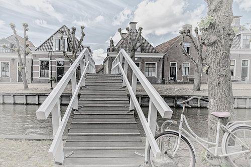 """Houten brug over het kanaal in het dorp """"Sloten"""" in Friesland, Nederland"""