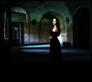 Vrouw in oud huis herinnering aan vroeger