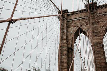 Brooklyn Bridge close up | Kleurrijke reisfotografie | New York City, Amerika van Trix Leeflang
