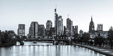 Skyline von Frankfurt am Abend - Monochrom von Werner Dieterich