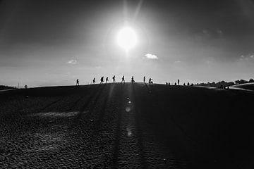 Contour van mensen over de rode zandduinen in Mui Ne Vietnam van