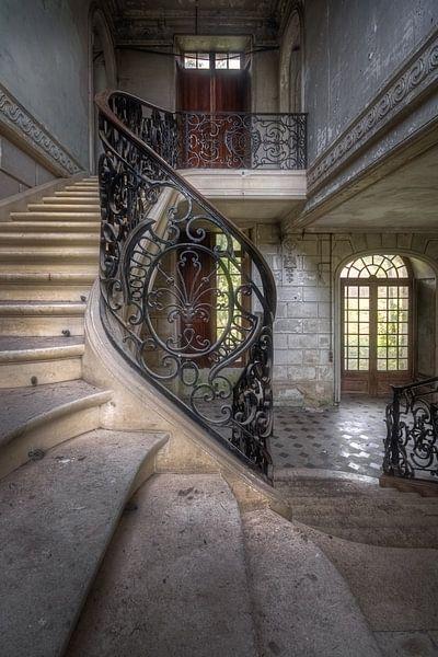 Treppenhaus in einem verlassenen Schloss von Roman Robroek