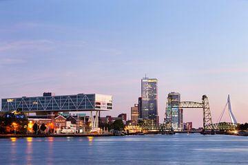 Stadsgezicht van Rotterdam bij schemering met links het Unilever gebouw en rechts de Hef en de Erasm van Peter de Kievith Fotografie