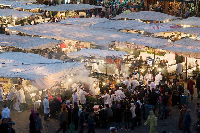 Restaurants op Djeema-el-fna Marrakesh Marokko van Keesnan Dogger Fotografie