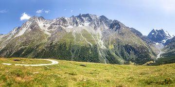 Schöne Berge hinter einer Bergwiese in Arolla, Evolène Region, Schweiz. von Fotografie Egmond