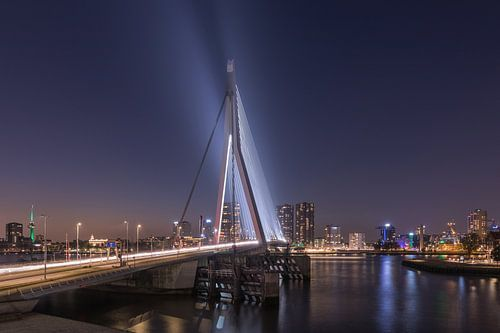 De Erasmusbrug in Rotterdam in de avond van