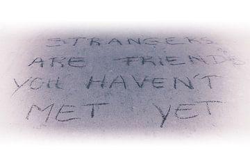 Strangers are friends you haven't met yet-Monochroom von Wouter Goedvriend