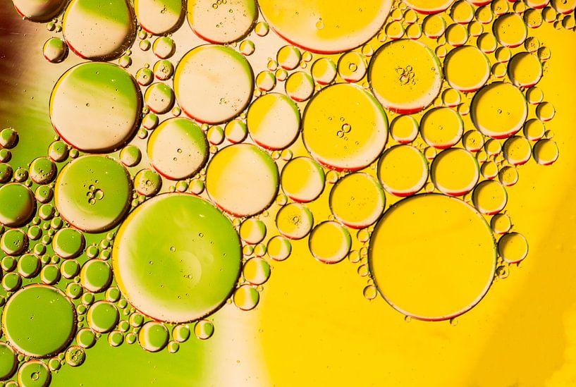 Olie op water, kleurrijke ondergrond van Gert Hilbink