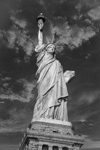 Het Vrijheidsbeeld in New York City USA daglicht close-up laag hoekbeeld in zwart-wit met wolken in