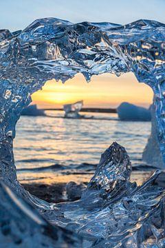 IJsberg om door een ringetje te halen, Diamond Beach, IJsland van