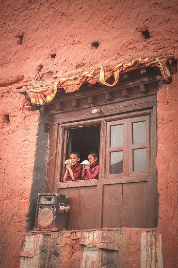 Jonge boeddhistische oproep voor het gebed