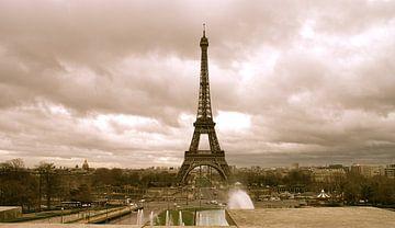 Cloudy day in Paris van Cinderella Basten