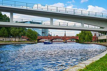 Een schip van de Berlijnse waterpolitie op de Spree. van Michaela Bechinie