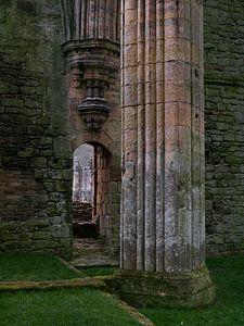 Doorkijkje bij oude kathedraal van