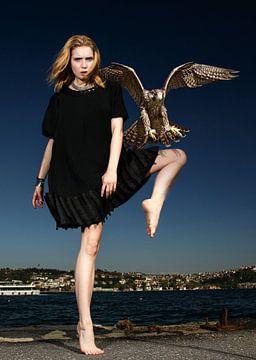 Vrouw en vogel van Sarah Richter