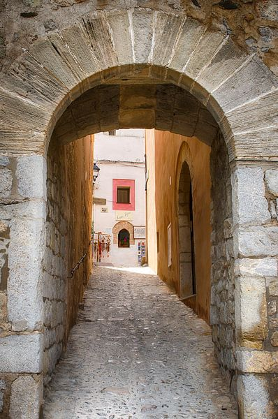 Poortje in Ibiza-stad van Mark Bolijn