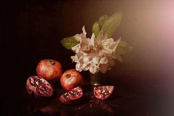 Fröhliches Frühlingsstilleben mit Granatäpfeln und Rhododendron . von Saskia Dingemans