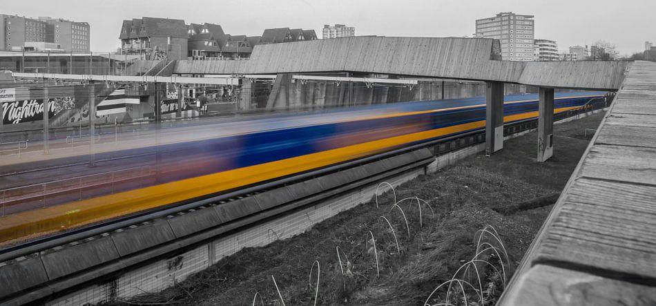NS trein raast langs Luchtsingel Rotterdam