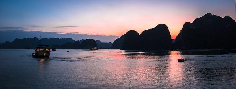 Panorama zonsondergang in Ha Long Bay, Vietnam van Rietje Bulthuis
