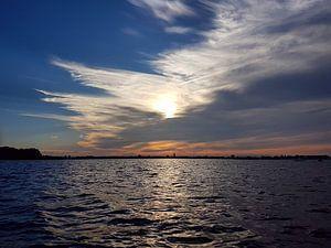 Wolken en zon boven Loosdrecht