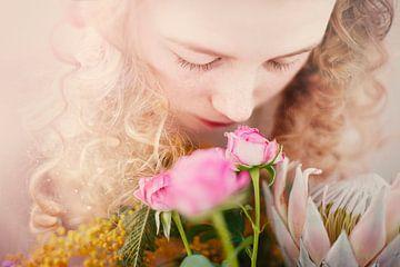 SA119799202 Junge Frau schnuppert den Duft von Rosensträußen von BeeldigBeeld Food & Lifestyle
