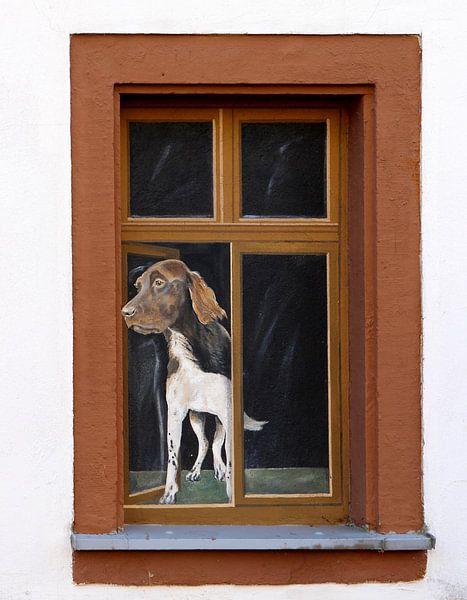 Fenster mit dem Bild eines nach außen schauenden Hundes von Atelier Liesjes